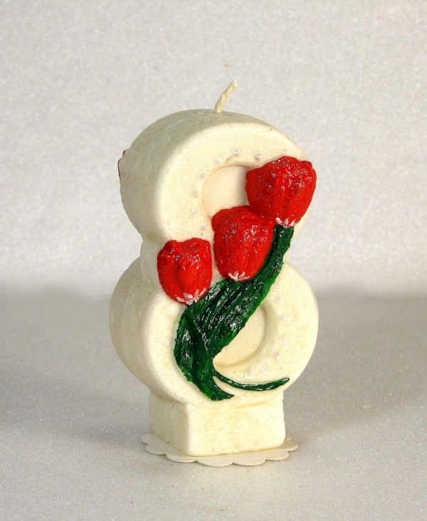 свеча к 8 марта белая с тюльпанами