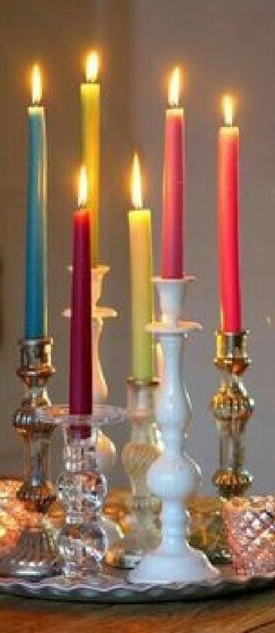 свечи конусные в канделябре на столе