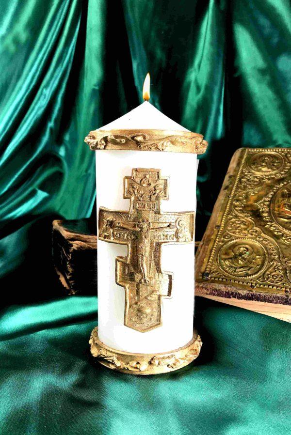 свеча с большим православным крестом и молитвой